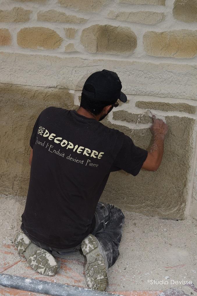 Sculpture de l'enduit mural décoratif façon pierre, DECOPIERRE®