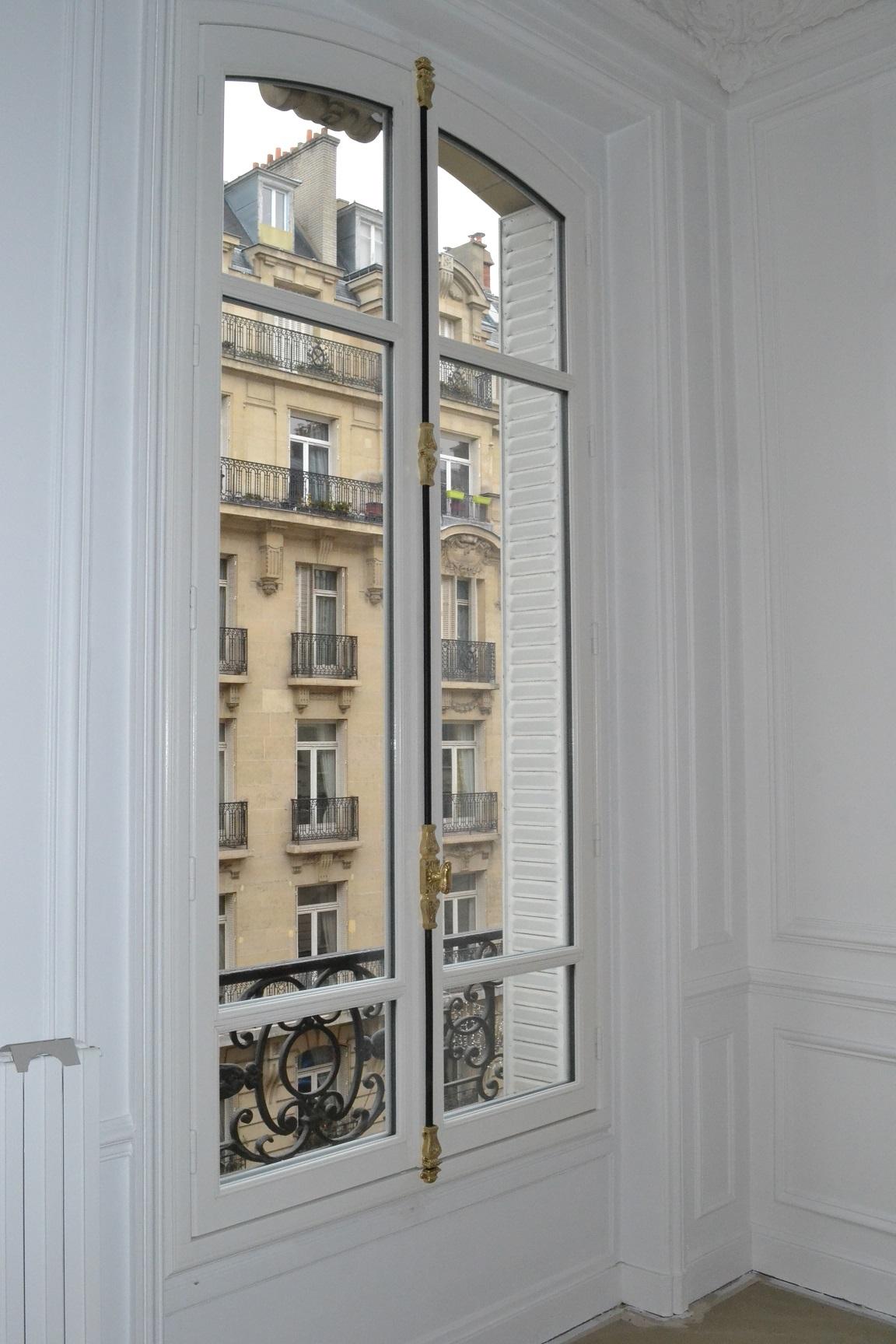 Pour les fenêtres sur rue, l'isolation phonique atteint les 35dB.