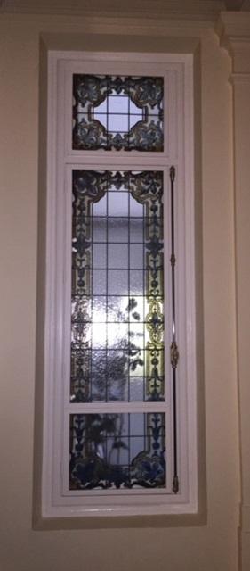 Dans les cages d'escalier, récupération de vitraux d'époque, qui ont été reposés sur les pare flammes, côté intérieur.