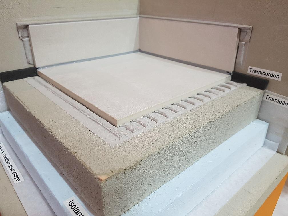 Tramicordon® assure une parfaite désolidarisation entre chape, carrelage, cloison et plinthe.