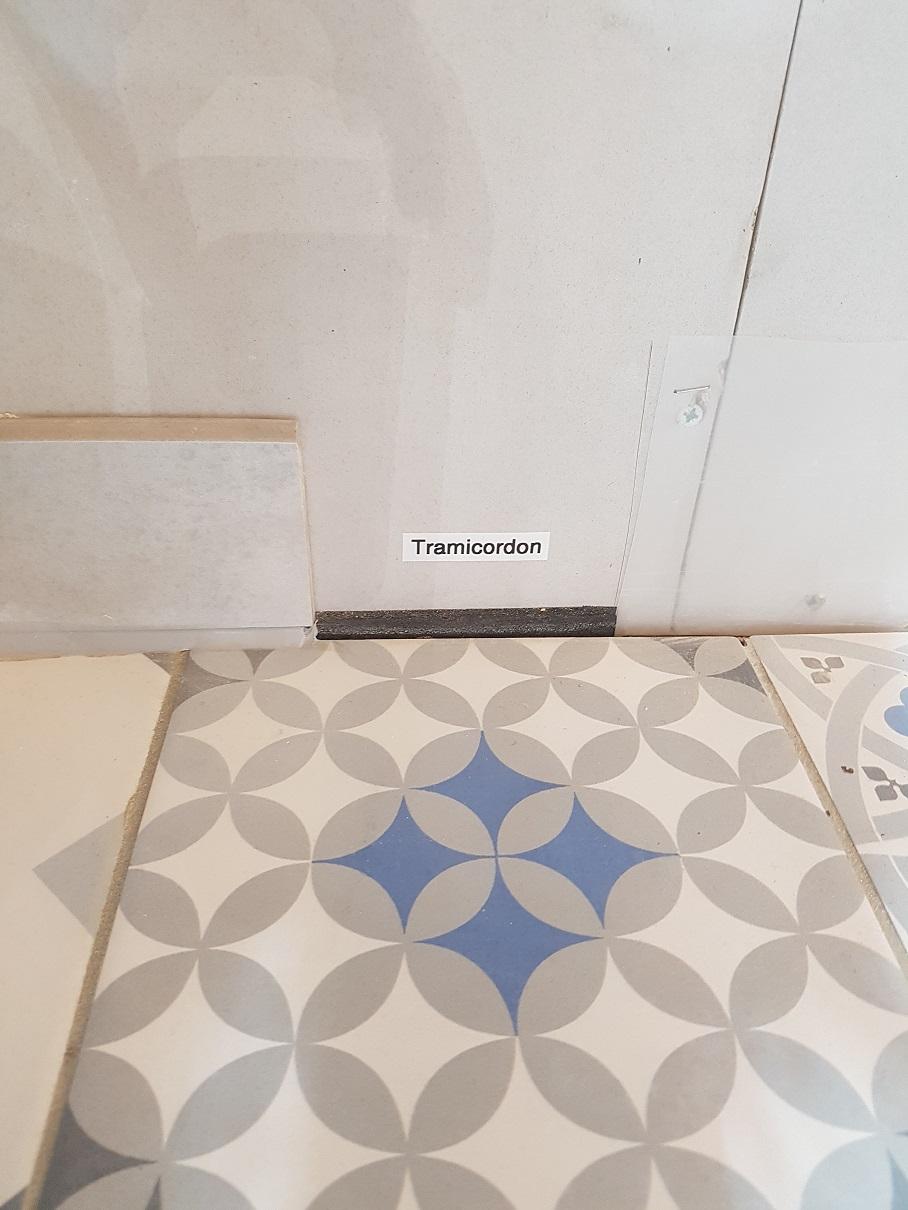 Tramicordon® permet au carreleur de bénéficier d'un appui lors du collage de la plinthe, lui garantissant ainsi un parfait alignement