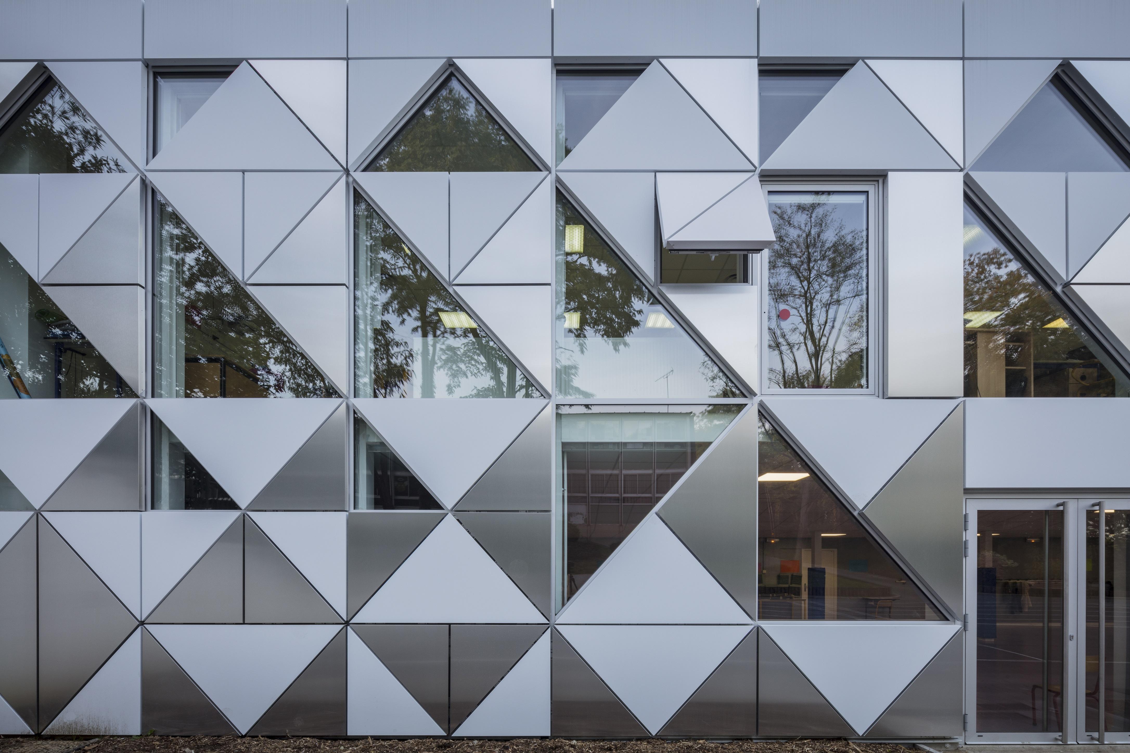 Les cassettes « Alucobond » ont permis de dessiner des volumes triangulaires dans deux couleurs différentes. Ces cassettes donnent l'effet d'un double relief à la façade et valorisent ainsi l'aspect visuel. ©Design Crew for Architecture / Photographe Guillaume Guerin