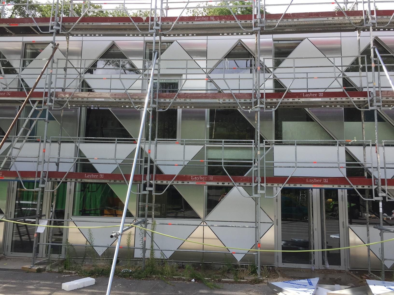 Les travaux ont duré 14 semaines, sur site ouvert, mobilisant 4 à 6 personnes sur le chantIer pour la façade.