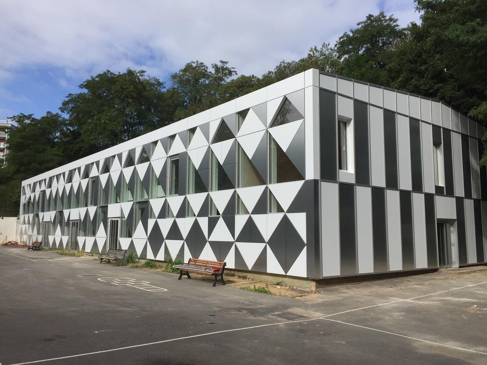 L'intégralité des profils (profilés aluminium de marque WICONA gamme WICTEC 50 et MECANO selon les façades) en finition anodisée naturelle, renforce la valeur de la menuiserie