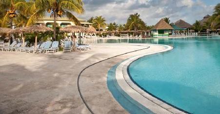 Les solutions de drainage esthétiques ACO pour les piscines publiques.