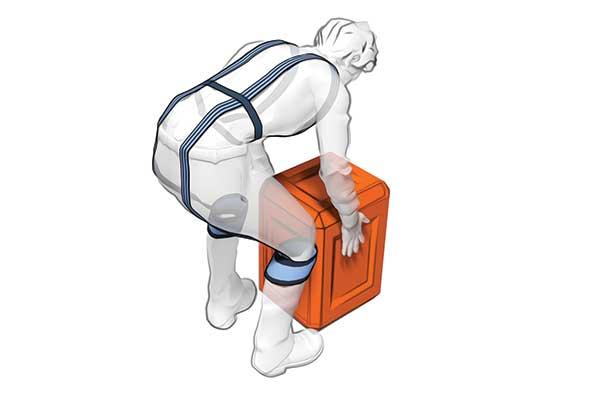 Image d'un exosquelette porté par un homme en plein effort de manutention.