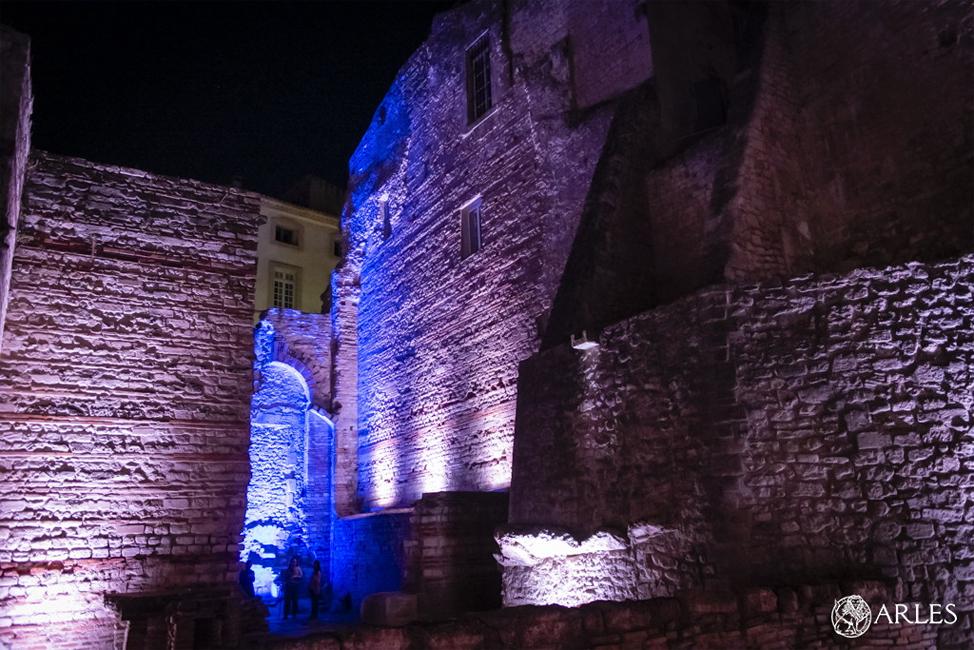 Festival ON Arles : Sylvania, partenaire de la création lumière immersive orchestrée par Timothé Toury dans les thermes de Constantin