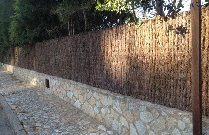 Clôture en brande de bruyère, une solution tendance pour se protéger des regards indiscrets