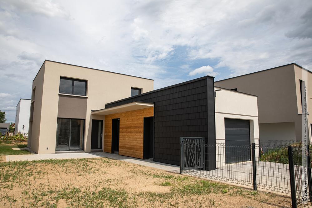 EN BARDAGE, LES TUILES BEAUVOISE GRAPHITE D'EDILIANS FONT TOUTE LA DIFFÉRENCE dans un lotissement de maisons à toiture plate