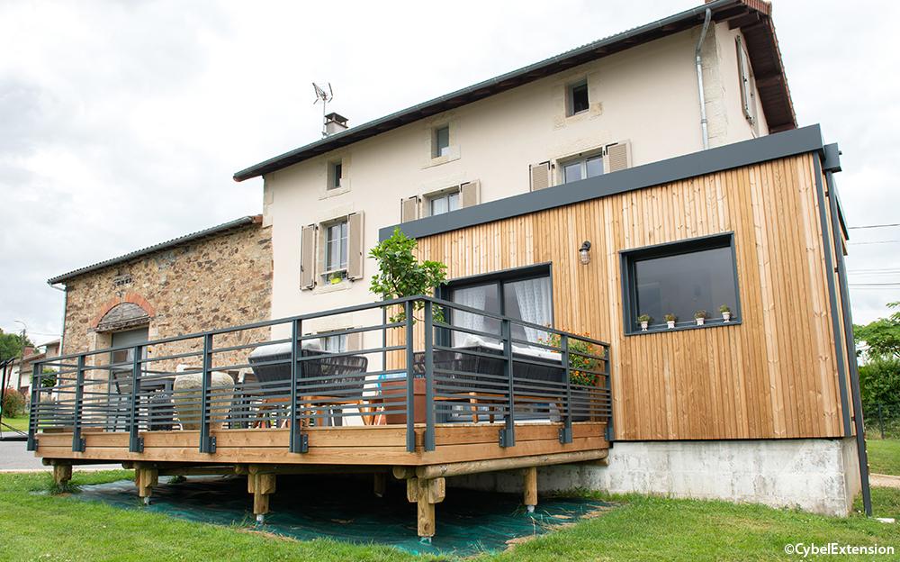 Reportage – Extension contemporaine en bois et aluminium avec terrasse sur pilotis, sur une maison traditionnelle de Limoges
