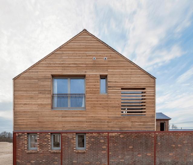 La décoration de la façade d'une maison en bois résidentielle : les 2 types de façades les plus populaires
